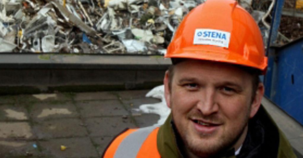 Samferdselsminister Jon Georg Dale fikk oppleve gjenvinning på sitt mest håndfaste da han besøkte Stena Recyclings anlegg i Skien 26. februar.