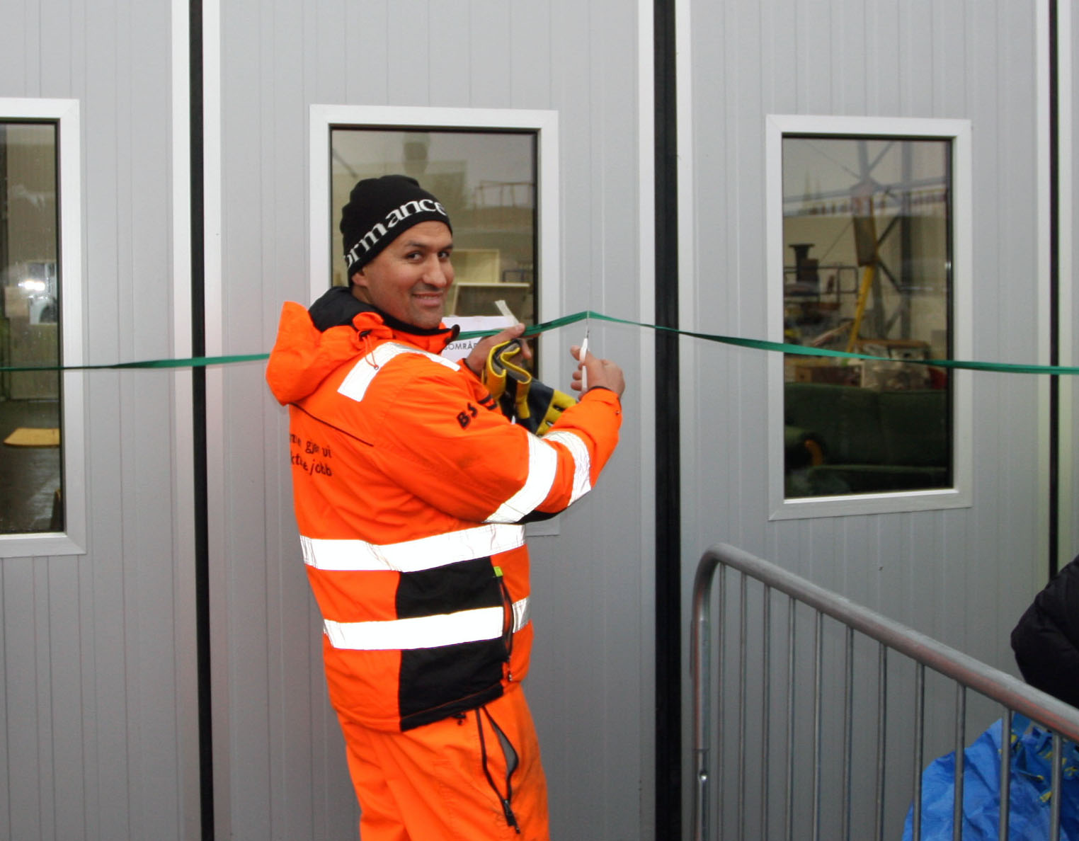 Quai Mastola klipper snora presis kl 12 og erklærer gjenbruksteltet er åpnet...