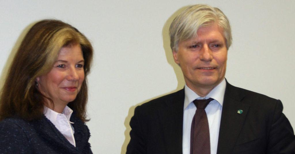Ola Elvestuen takket utvalgsleder Ingrid R. Lorange for å ha fått et godt beslutningsgrunnlag.
