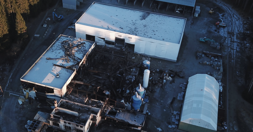 Slik så Metallco ut fra lufta etter eksplosjonen 17. november. Produksjonshallen er bokstavelig talt blåst bort. Foto: Alexander Ranum Nilsen.