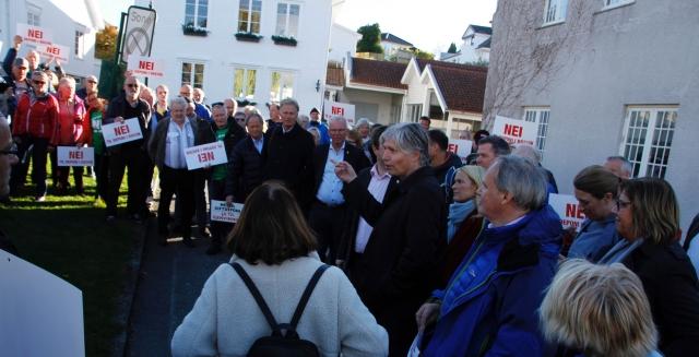 Klima- og miljøminister Ola Elvestuen var kommet for å lytte, og tok seg tid til å snakke med de frammøtte utenfor Brevik gamle rådhus.
