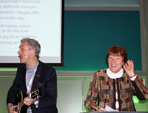 Oslos ordfører Marianne Borgen og Jens Måge vil gjerne ha publikums hjelp til å synge «Når kastanjene blomstrer».