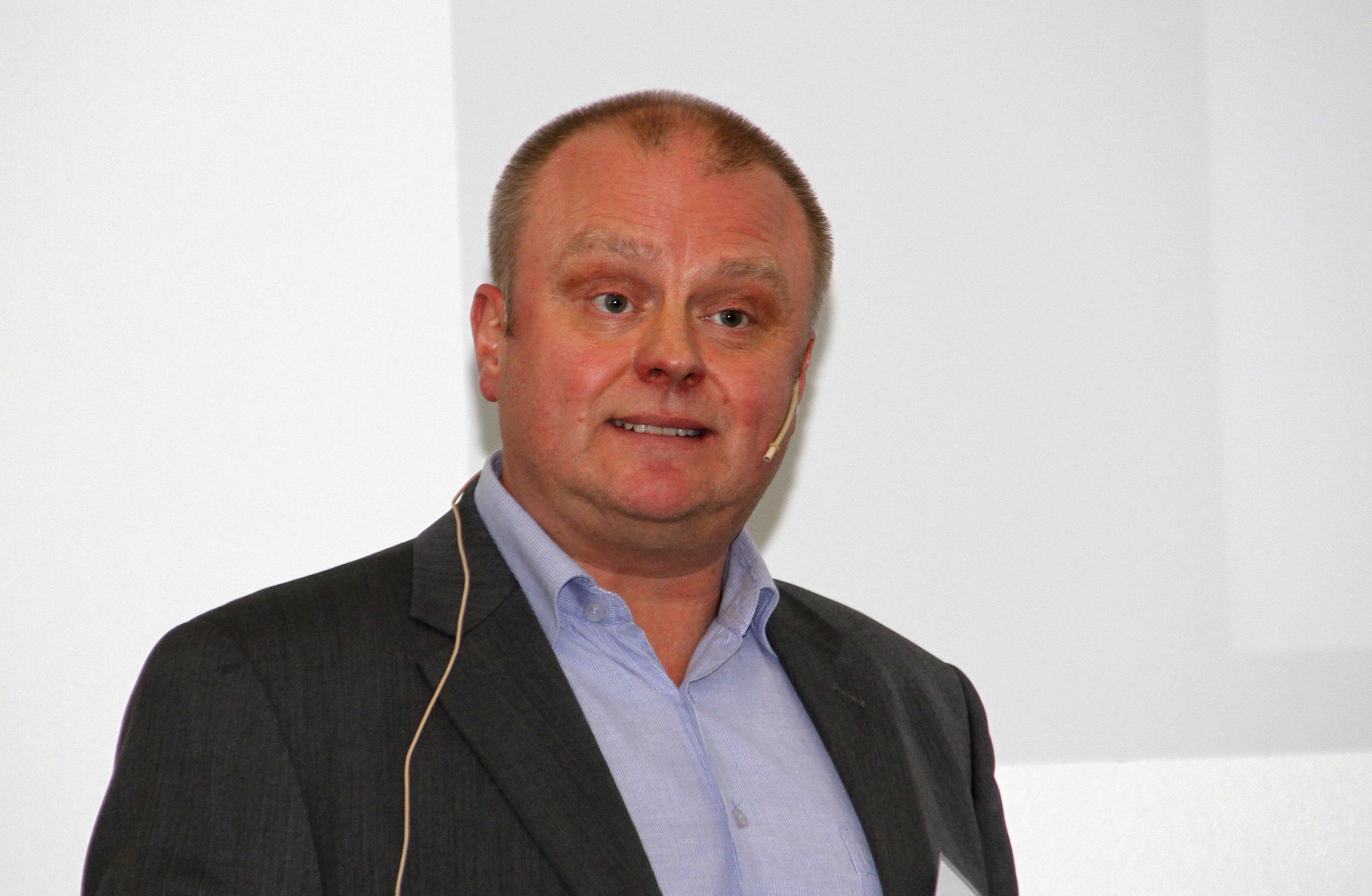 Svein Erik Rødvik i Grønt Punkt Norge vil gjerne flytte mer midler over til de som klarer å levere mest utsortert plast pr innbygger.
