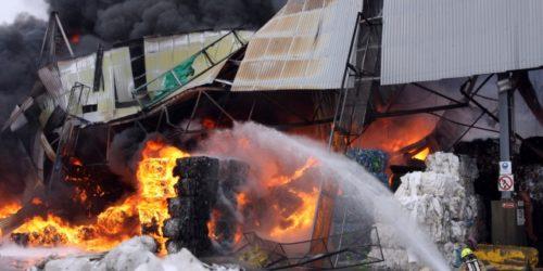 Bare en drøy time etter at brannen oppsto var store mengder presset papir og plast i full fyr, og deler av bygget hadde kollapset.