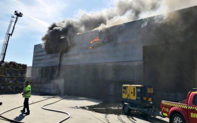 Sommerens brannsesong ble innledet med en ny storbrann hos Revac, som ble vanskelig å slukke fordi det brant inni et bygg som kunne rase samme. Foto: Vestfold Interkommunale Brannvesen.