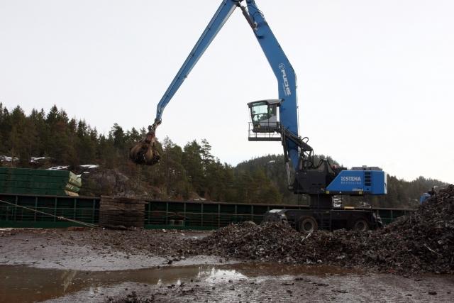 Jernet fra fragmenteringsverket lastes direkte i båt med noen av landets største gravemaskiner. Denne båten skal ha med seg 3900 tonn til et smelteverk i Spania.