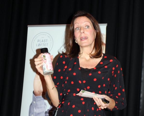 Sigrid Opheim fra Unilever viser fram emballasjen til selskapets nye hårpleieserie Love Beauty and Planet. Med et slikt navn må emballasjen selvsagt være laget av gjenvunnet plast.