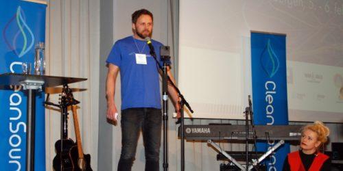 Initiativtaker og primus motor for CleanSounds, Morten Sand, fortalte tilhørerne på Hold Norge Rent-konferansen om pop-up-konsertene som mange norske artister bidrar med etter strandryddeaksjoner. Unni Wilhelmsen er en av artistene som stiller opp gratis for renere strender.