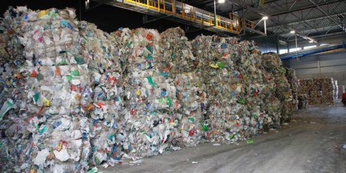 Etterspørselen etter gjenvunnet plast er påvirket av COVID-19-pandemien, og produksjonen bremses nå kraftig ned.