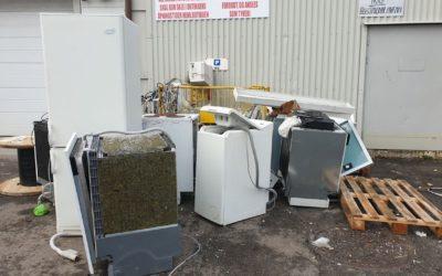 For å hindre ulovlig uttak av EE-avfall har noen døgnbemannet kameraovervåking av området der EE-avfallet lagres, Miljødirektoratet oppfordrer butikkene til å melde fra til politiet om ulovlig uttak av avfall fra mottaksstasjonene.
