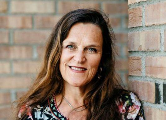Direktør Jaana Røine i Grønt Punkt Norge må nå gå til det sure skritt å si opp avtaler om mottak av plast fra en del kommuner – for å spare penger.