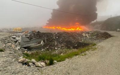 Naboene måtte holde seg inne og lukke dører og vinduer da røyken veltet ut fra deponiet på Fitjar. Foto: SIM