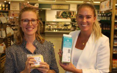 Prosjektlederne Hildegunn Iversen, LOOP (t.v.) og Mona Sæther, Avfall Norge kan med tilfredshet konstatere at de nye symbolene nå er på plass på viktige TINE-produkter.