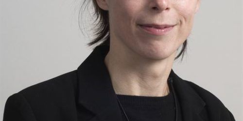 "Birgitta Losman har utredet produsentansvar for tekstiler i Sverige. Hun er ""hållbarhetsstrateg"" ved Högskolan i Borås og tidligere regionråd for Miljøpartiet i Västra Götaland. Hun overleverer utredningen til sin partifelle Isabella Lövin 10. desember."