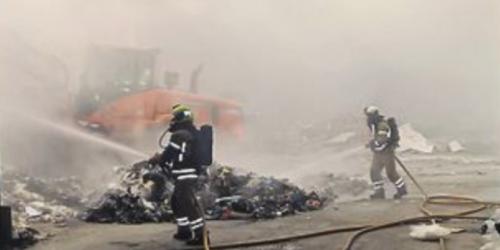 For å få slukket den siste brannen hos Østbø i Rana måtte avfallet spres utover gulvet ved hjelp av maskiner. Foto: Trond Jøran Pedersen.