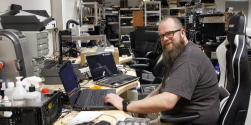 ERFAREN: Rune Moen har plukket fra hverandre og satt sammen utallige elektriske og elektroniske artikler i sin yrkeskarriere.