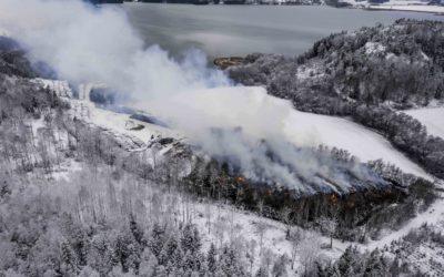 Avfallsfyllingen i Botkyrka utenfor Stockholm begynte å brenne i november og brant i månedsvis. Nå er det fare for at det samme kan skje i Laxå. Foto: Alexander Mahmoud