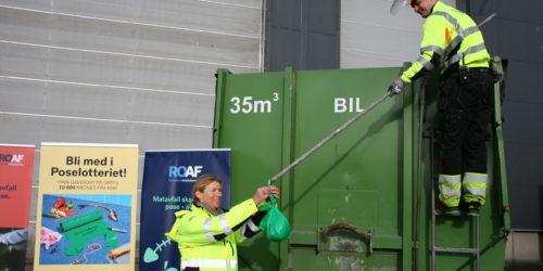 AND THE WINNER IS: Skiftleder Vegard Dahle ved sorteringsanlegget har fisket opp vinnerposen fra matavfallskontaineren og overlater den til ROAF-direktør Synnøve Bjørke.