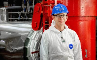 Peter Bennett leder prosjektet for uttransport av tre tonn ubestrålt uranbrensel fra Norge til England. Brenselet blir til nytt kjernekraftbrensel i et kommersielt kjernekraftanlegg. Foto: NND