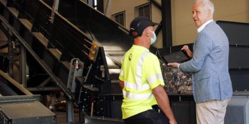 Den symbolske åpningen besto i at Jan Tore Sanner startet anlegget ved hjelp av et nettbrett. I virkeligheten har anlegget stått og produsert plastgranulat en tid allerede.