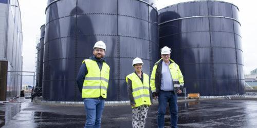 Klima- og miljøminister Sveinung Rotevatn foran biogassanlegget på Stord, da Renevo lanserte planene for bygging av sitt andre biogassanlegg på Vestlandet. Her sammen med Ordfører i Etne, Mette Heidi Bergsvåg Ekrheim, og Jan Kåre Pedersen. Foto: Renevo.