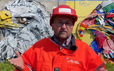Kommunikasjonssjef Arnt Erik Pedersen i IRIS Salten takket begeistret for prisen foran to ørneskulpturer som pryder Miljøtorg Vikan.