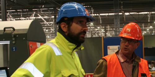Norsk Gjenvinnings produksjonsdirektør Adis Cengic forklarer stortingsrepresentant Christian Tybring-Gjedde hvordan papirsorteringsanlegget på Haraldrud fungerer.