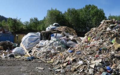 Statsforvalteren i Møre og Romsdal har ikke vært imponert over avfallslagringen ved Miljøservice Averøy. Dette bildet er fra rapporten etter en inspeksjon foretatt i juni 2019. Men nå har altså ReMidt IKS overtatt anlegget og dette avfallet er fjernet.