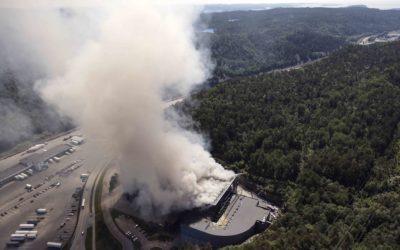 Røykutviklingen var voldsom etter eksplosjonen ved Returkraft 24. juni. Og hendelsen vil ha konsekvenser et år fram i tid. Foto: KBR/UAS Norway, Anders Martinsen.