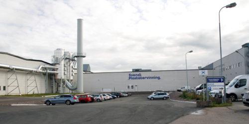 Svensk Plaståtervinning har leid deler av dette bygget og drevet plastsortering der. Nå har de kjøpt hele kåken.