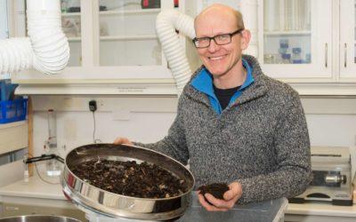 UFARLIG: Plast i bioresten er ingen stor trussel for matproduksjon eller livet i jorda, sier seniorforsker Erik Joner. Foto: Anette Tjomsland, NIBIO.