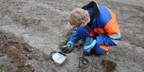 MÅLING: Slagget etter gruvevirksomheten har ikke noen vesentlig påvirkning på mennesker og miljø, men noe av materialet overskrider grensen som norske myndigheter har satt for hva som skal regnes som radioaktivt avfall og området skal derfor saneres. Foto: NND.
