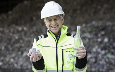 Salget av Glasopor gjør at direktør Per Annar Lilleng i Sirkel Materialgjenvinning as kan konsentrere seg om best mulig gjenvinning av det han holder i venstre hånd. Foto: Redink.