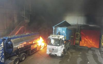 GexCon konkluderer i sin rapport med at det var innholdet fra tankbilen til venstre som fikk det til å eksplodere i mottakshallen til Returkraft 24. juni. Foto: KBR/UAS Norway, Anders Martinsen.