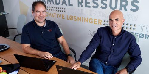Daglig leder Thomas Gundersen i Fieldata (t.v.) ser fram til å jobbe sammen med Rolf Ovesen i Namdal Ressurs med å få fart på digitaliseringen av renovasjonsbransjen. Foto: Bjørn Tore Næss, Namdalsavisa/NT24.